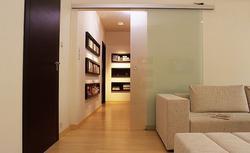 Drzwi przesuwne: naścienne i chowane w ścianie. Plusy i minusy obu rozwiązań