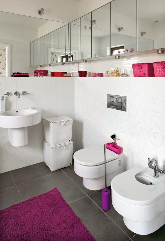 Biało - różowa łazienka