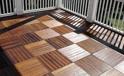 Drewno na balkonie - sposoby na drewnianą posadzkę