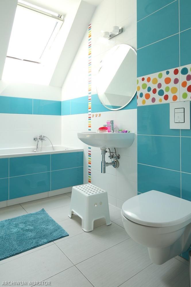 Niebieska łazienka z kolorowymi kamykami