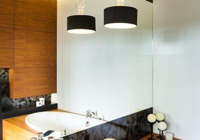 Jak oświetlenie tworzy klimat łazienki? Aranżacje łazienek, w których światło pełni różne role