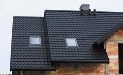 Blachodachówki modułowe. Montaż blachodachówki na dachu skośnym - listwa startowa i montaż paneli.