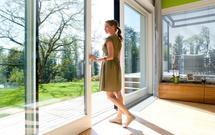 Letnie porządki w domu. Jak skutecznie sprzątać dom latem?