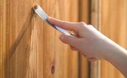 Usuwanie starej farby ze ścian i drewna. Jakie środki do usuwania farb stosować?