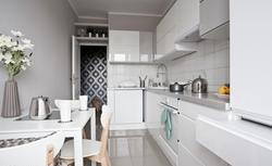 Aranżacja kuchni w stylu skandynawskim. Praktyczne wskazówki, jak urządzić funkcjonalne i minimalistyczne wnętrze