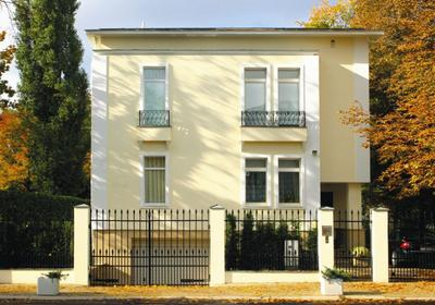 Pęknięcia tynku na elewacji domu – przyczyna i naprawa