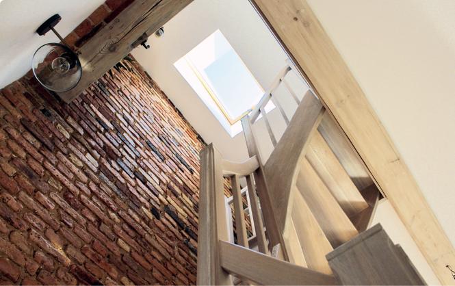 Okno nad schodami