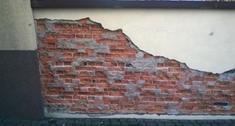 Jak naprawić ogrodzenie murowane, które się rozpada?