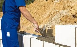 Jakie wady i zalety mają gotowe zaprawy do murowania ścian?