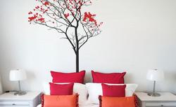 Modne naklejki ścienne. 15 dekoracji na ścianę i meble